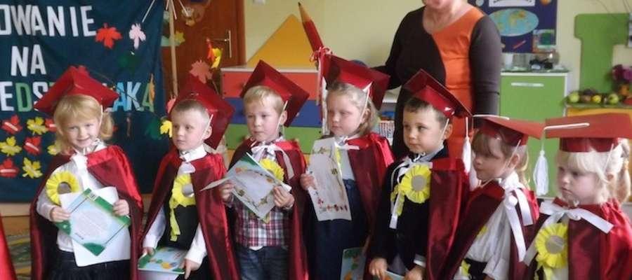 Bohaterowie uroczystości z dyrektorką przedszkola