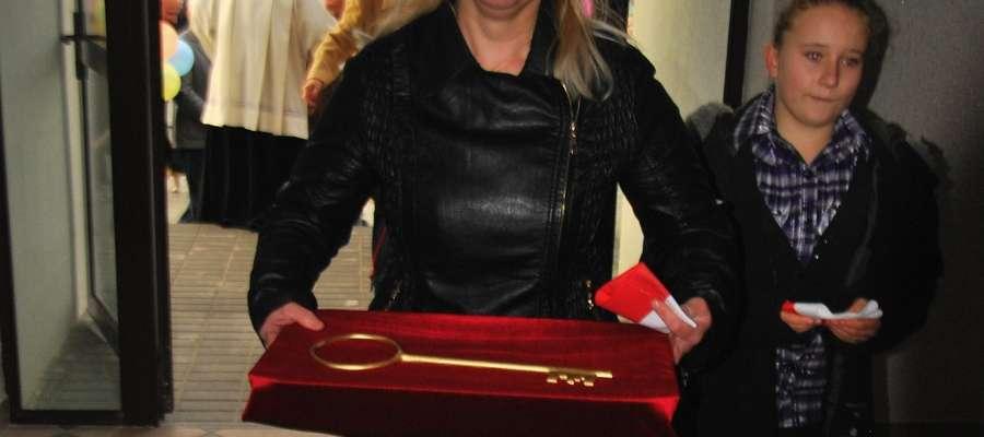 Sołtys Ogrodzieńca Iwona Wasiewska z pamiątkowym kluczem, jako pierwsza weszła do nowego obiektu