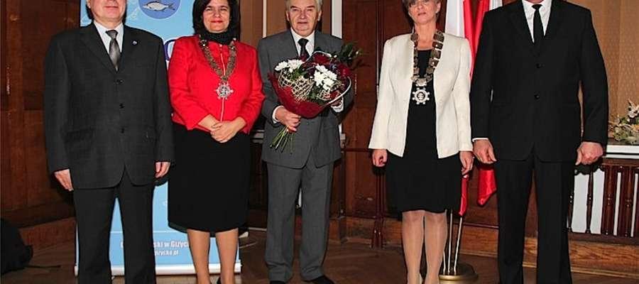 Tadeusz Sznuk (w środku) z władzami Giżycka