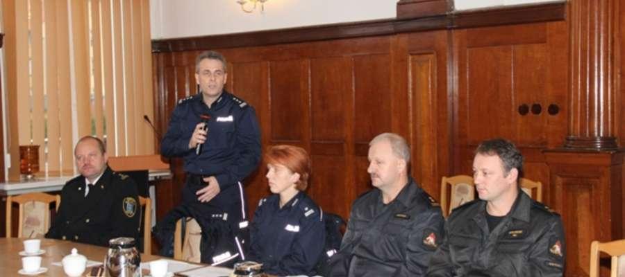 Policjanci i strażacy uczestniczący w konferencji na temat bezpieczeństwa na ogrodach