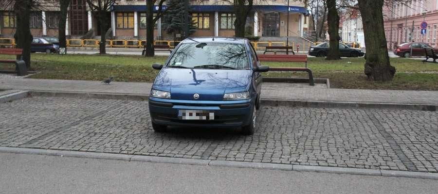 Ten samochód w taki sposób parkuje niemal codziennie