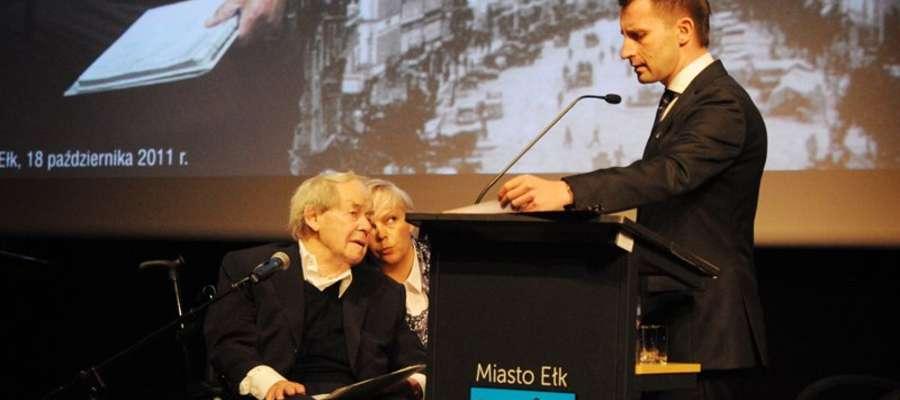 Siegfried Lenz (na wózku) i prezydent Ełku Tomasz Andrukiewicz podczas uroczystości z okazji przyznania pisarzowi tytułu Honorowego Obywatela Ełku, 18 października 2011 roku