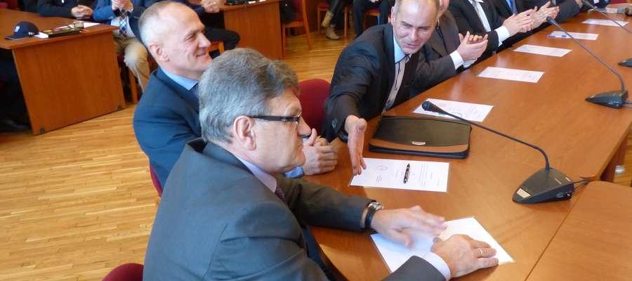 Roman Piotrkowski (na pierwszym planie) tuż po wyborze na przewodniczącego rady gminy otrzymał gratulacje od pozostałych radnych