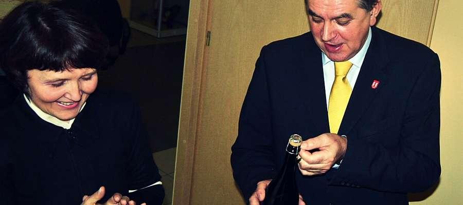 Mieszkańcy Płońska wybrali w niedzielę nowego-starego burmistrza Płońska, robiąc Andrzejowi Pietrasikowi nie lada imieninowy prezent (z lewej Teresa Kozera, dotychczasowa wiceburmistrz)