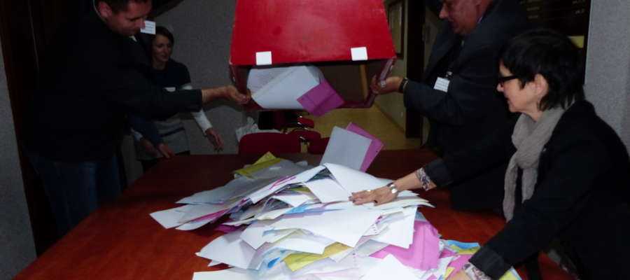 Otwarcie urny w lokalu wyborczym w Urzędzie Miejskim w Węgorzewie