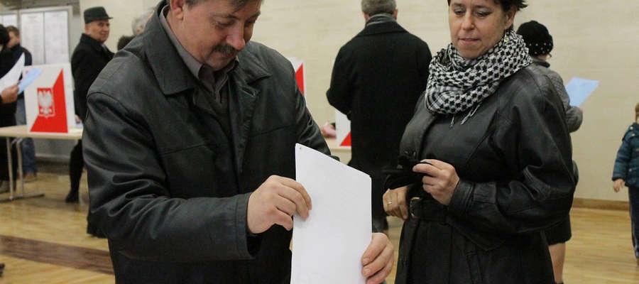 Małżeństwo głosujące w OKW nr 1 w Bisztynku.