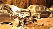 Czołowe zderzenie  zafiry i corsy. Trzy osoby ranne