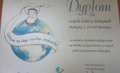 Uczniowie z Mołtajn znają wagę zużytych baterii