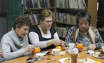 Seniorzy w świątecznym nastroju spotkali się w bibliotece