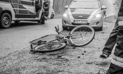 Szybka jazda, ostre hamowanie i potrącony rowerzysta