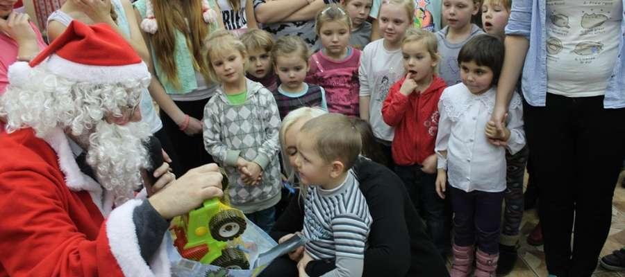 Najuboższe dzieci z terenu naszej gminy Pieniężno spotykają się z Mikołajem i z jego rąk otrzymują prezenty