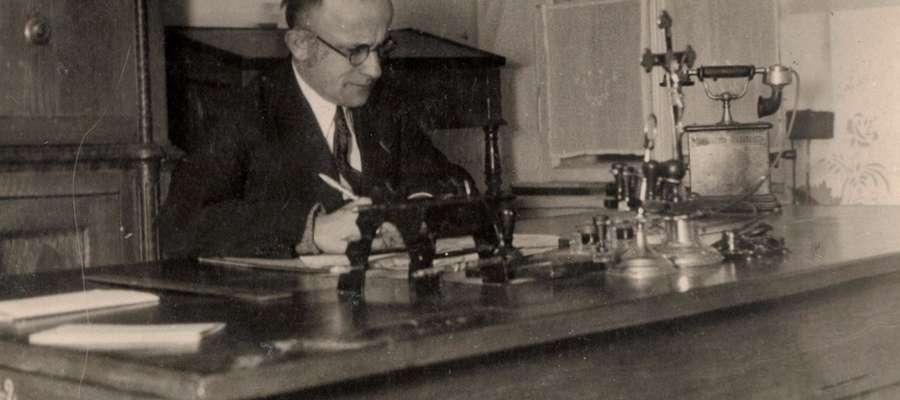 Wójt Józef Kuźniewski  w biurze Urzędu Gminy w Bieżuniu, 1933 r.
