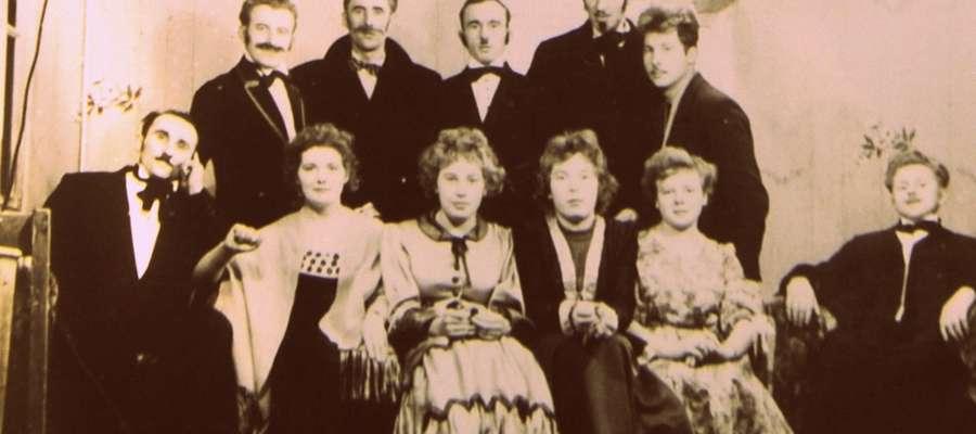Członkowie artystycznego zespołu po wystawieniu jednej ze sztuk