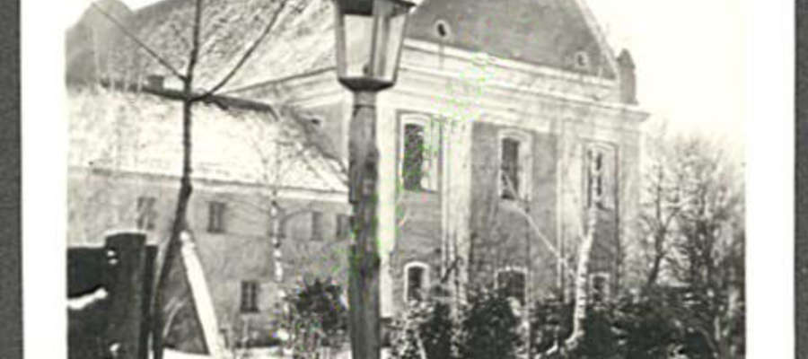To żuromiński kościół był latarnią i drogowskazem dla niewykształconej ludności naszego miasta. Fotografia kościoła pochodzi, jak wskazuje napis na odwrocie z 1941 roku