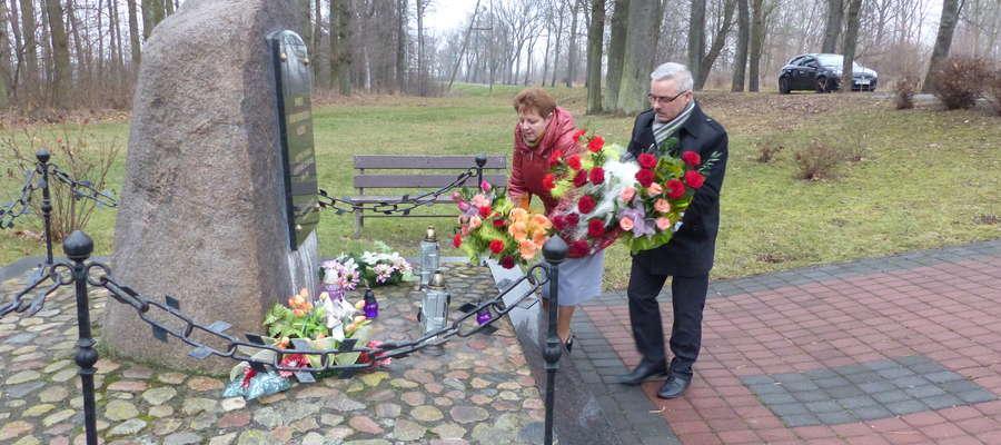 Po zakończeniu sesji Irena Wołosiuk z Grzegorzem Muchą kwiaty, które otrzymali od zaproszonych gości, złożyli pod pomnikiem ofiar podobozu KL Stutthof w Sępopolu