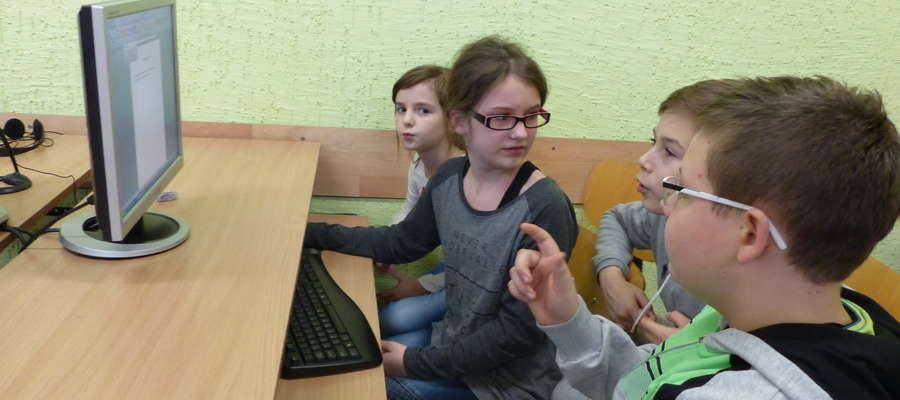 Uczniowie podczas warsztatów dziennikarskich