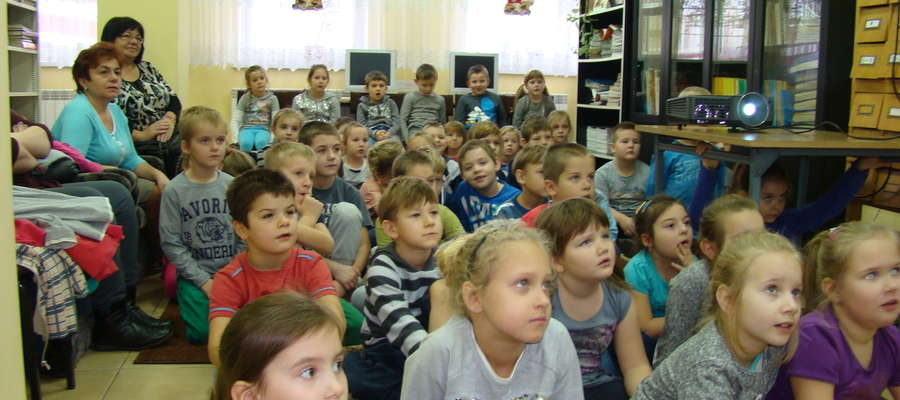 Dzieci podczas bibliotecznego spotkania