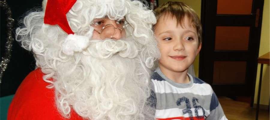 Odważne dzieci pozowały do zdjęć z Mikołajem