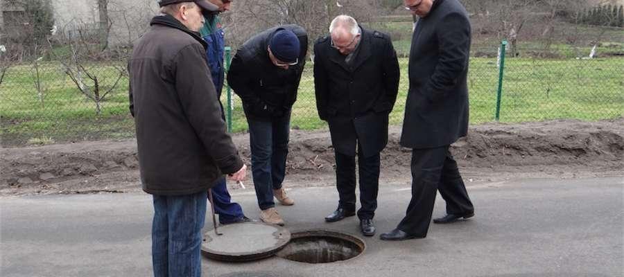 Sprawdzanie przepływu w jednej ze studzienek kanalizacyjnych na ulicy Kornatki