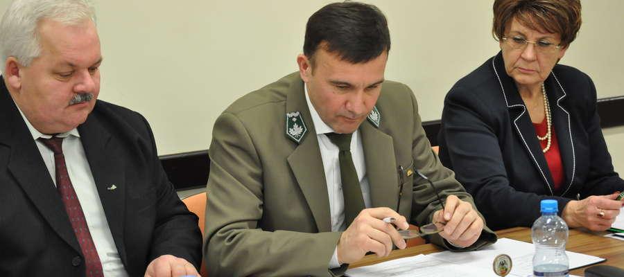 Od lewej Zbigniew Krawczyk, I wiceprzewodniczący rady, Adam Myka, nowy przewodniczący, Halina Mikucka, II wiceprzewodnicząca