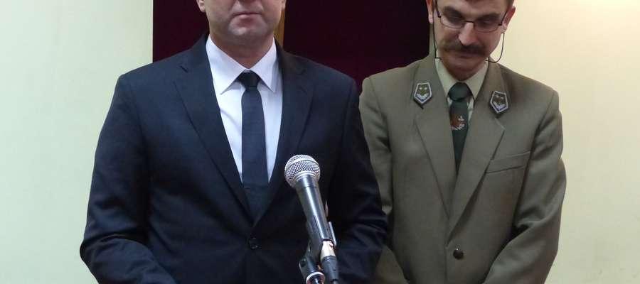 Piotr Feliński (z lewej) złożył uroczyste ślubowanie podczas wtorkowej (8 grudnia) sesji Rady Miejskiej w Rucianej-Nidzie