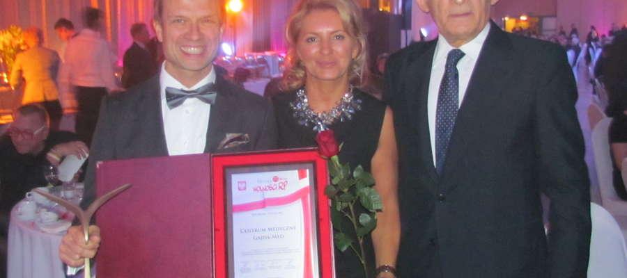 zdj. dr Robert Gajda przyjął gratulacje od Jerzego Buzka, byłego przewodniczącego Parlamentu Europejskiego, na zdjęciu Robert Gajda, Beata Olszewska-Marra, prof. Jerzy Buzek