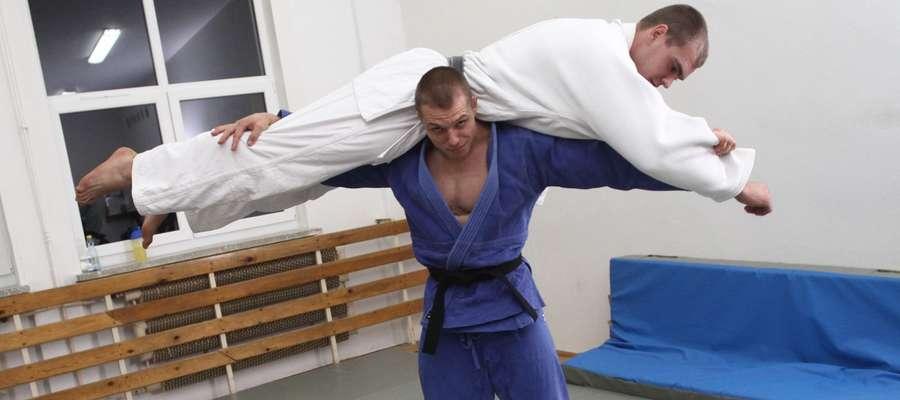 """Kamil Kozłowski (niebieski strój) i Maciej Sarnacki, czyli dwa """"konie pociągowe"""" olsztyńskiego judo"""