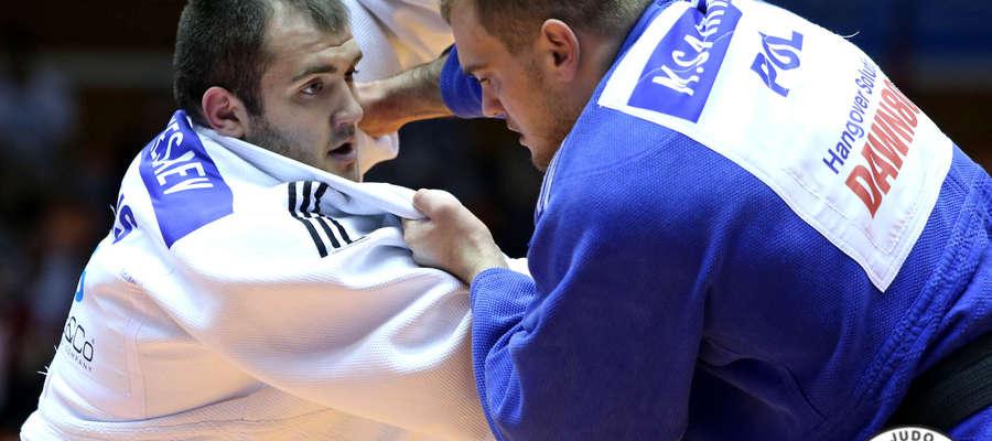 Mimo bolącego kolana Maciej Sarnacki (z prawej) poradził sobie w walce o trzecie miejsce z Siergiejem Kiesajewem