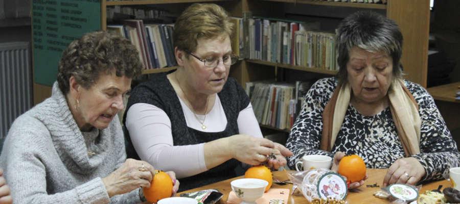 Podczas spotkania seniorzy ozdabiali pomarańcze