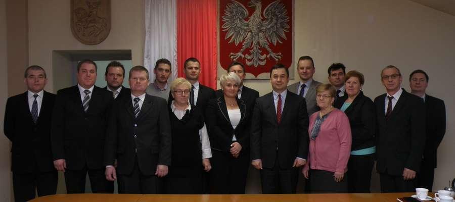 Wspólne zdjęcie radnych z wójtem Tomaszem Waruszewskim
