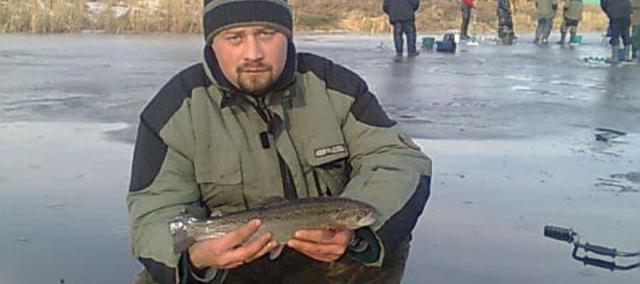 Na zdjęciu Artur Kwaśniewski z Iławskiego Towarzystwa Wędkarskiego z pstrągiem złowionym na zawodach w Kwidzynie