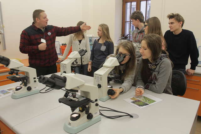 Wydział Biologii UWM podczas imprezy odwiedzili uczniowie wielu szkół w regionie. - full image