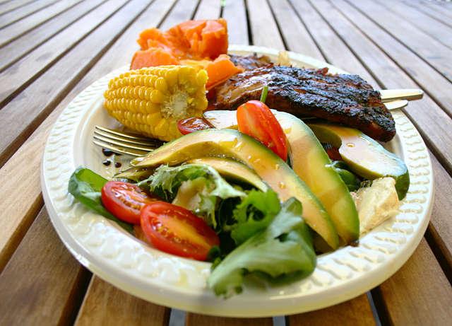 Źródłem żelaza są m.in. zielone warzywa i czerwone mięso. - full image