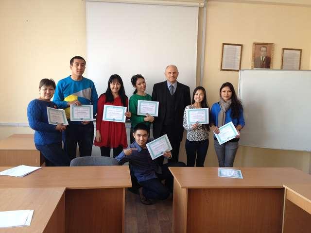 Dr Waldemar Kozłowski z Wydziału Nauk Ekonomicznych UWM ze studentami z Kazachstanu w Ałma-Acie - full image