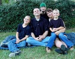 """Konkurs """"Rodzina drogowskazem życia"""" daje młodzieży możliwość pokazania, jak ważną rolę ma rodzina w ich życiu."""