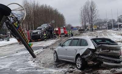 """Wypadek na """"siódemce"""". Skoda zderzyła się z ciężarówką do transportu samochodów"""