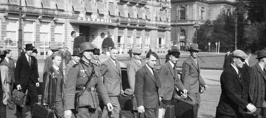 Cywile maszerują uicą Dusseldorfu przy istniejącym do dziś Park Hotelu.