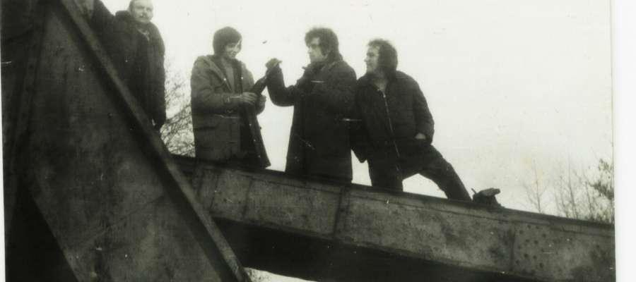 """Koparka pływająca """"Hydra(fragment)"""", Radzanów, lata 70.XX w. - miejsce spotkań miejscowej młodzieży"""
