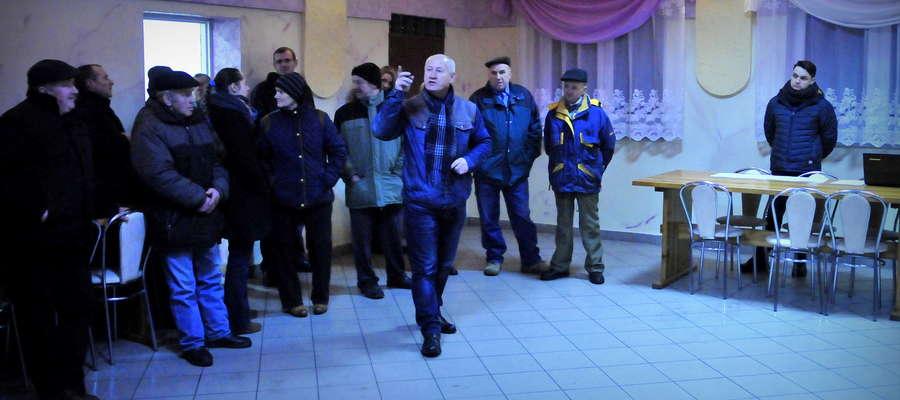 W Dąbrowicach doszło do spotkania mieszkańców wsi z inwestorem, który chce stawiać we wsi kurniki