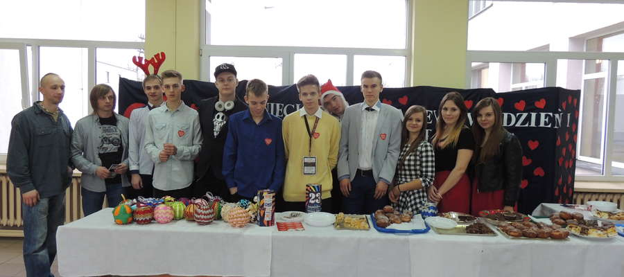 Uczniowie z Liceum przy stoisku z pamiątkami. Z lewej Krzysztof Stankowski szef żuromińskiego sztabu i Robert Lemański nauczyciel koordynujący projekt