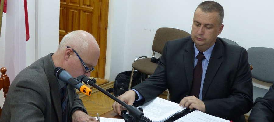 (Nie)Oczekiwana zmiana miejsc? Lech Borak (z od lewej) - przewodniczącym i Paweł Bazydło - wiceprzewodniczącym Rady Miejskiej w Piszu