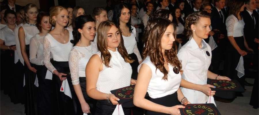 Tradycyjna czarno-biała elegancja panowała wśród abiturientek