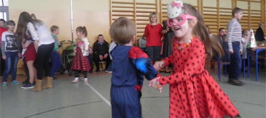 Mali tancerze na balu karnawałowym