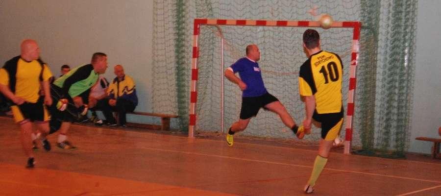 Po tym strzale Górskiego (PSM) piłka trafiła w poprzeczkę KP Wandowo