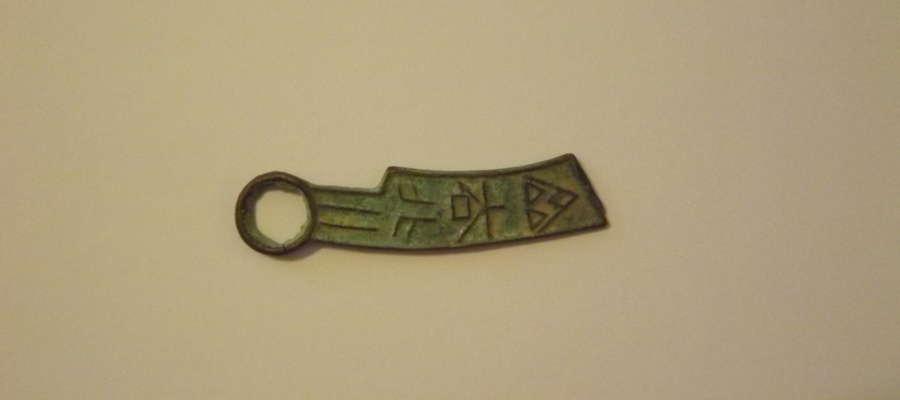 """Na wystawie zobaczyć będzie można m.in. """"monetę nóż"""" z brązu z czasów panowania wschodniej dynastii Zhou (770 r. p.n.e. - 256 r. p.n.e.)"""