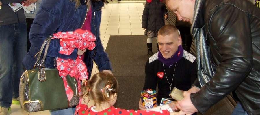 Wolontariusze spotkali się z pozytywną reakcją mieszkańców, którzy chętnie wspierali zbiórkę na rzecz Wielkiej Orkiestry Świątecznej Pomocy.