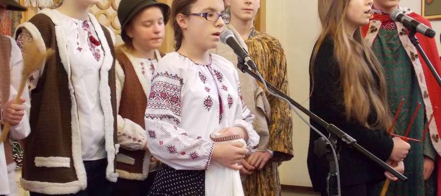 Kolędnicy z Pozezdrza. Grupę przygotowała s. Magdalena Ożańska