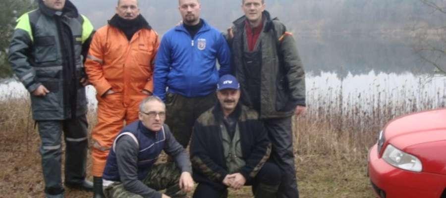 Ekipa z Iławskiego Towarzystwa Wędkarskiego podczas zawodów pstrągowych, które odbyły się 17 i 18 stycznia na jeziorze Rybnik w okolicach Torunia