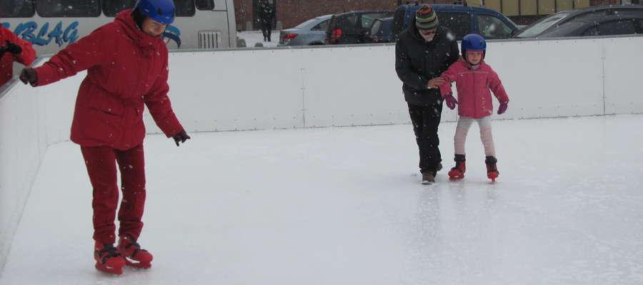 Jeżeli zabawy muszą odbyć się na lodzie, korzystaj tylko z zorganizowanych i nadzorowanych lodowisk. Nie wolno urządzać ślizgawek i lodowisk na jeziorach, rzekach, stawach oraz innych zbiornikach wodnych wcześniej nie sprawdzonych