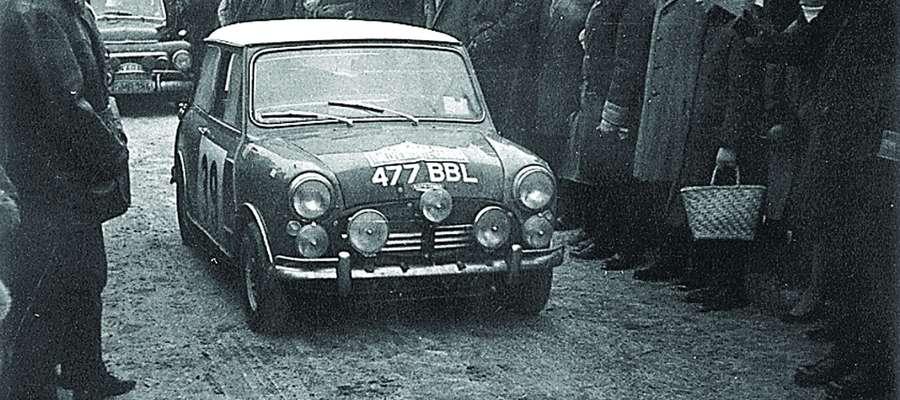 Mini cooper podczas rajdu w Olsztynie w 1965 r.